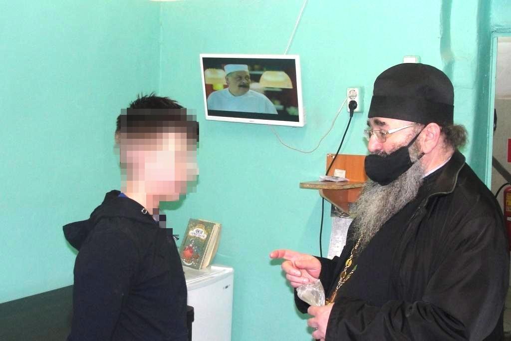 Священнослужитель побеседовал с осуждёнными, подозреваемыми и обвиняемыми, находящимися в мурманском следственном изоляторе