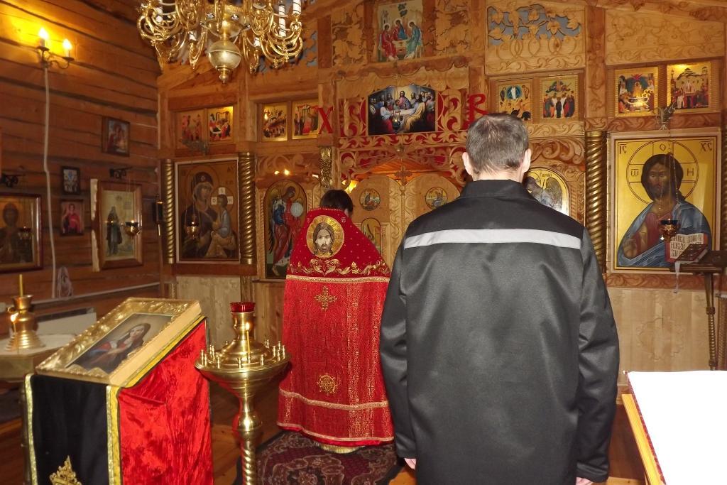 В храме при ревдинской колонии прошла православная служба